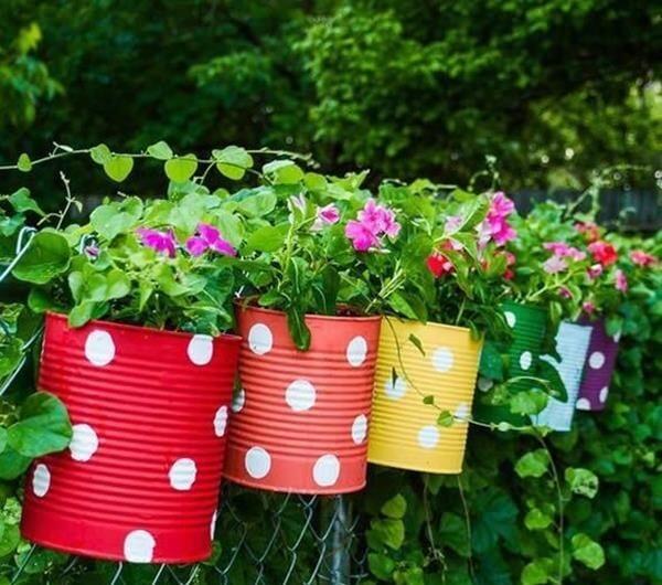 Latinhas coloridas podem ser utilizadas como enfeites para jardim