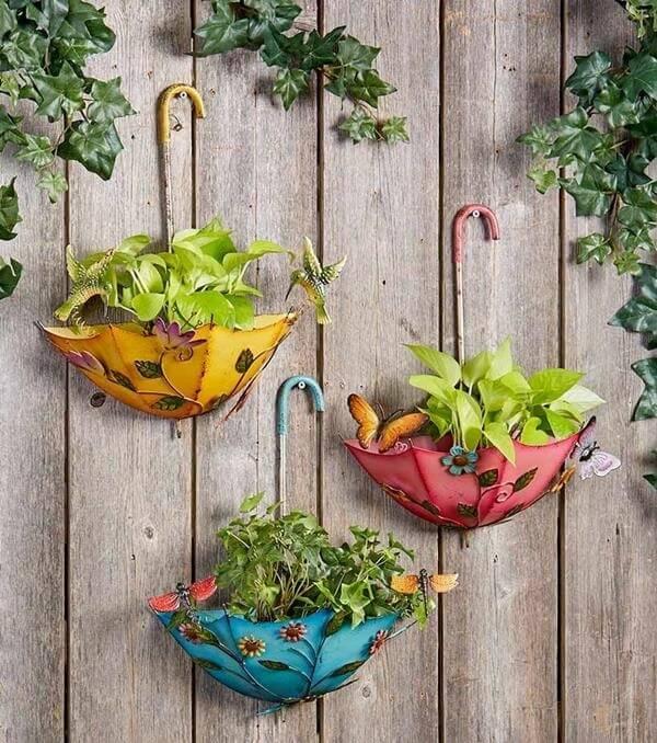 Estruture um jardim vertical criativo com guarda-chuva e forme lindos enfeites para jardim