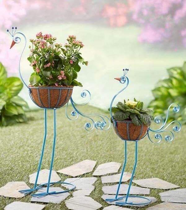 Estruturas metálicas criativas formam lindos enfeites para jardim