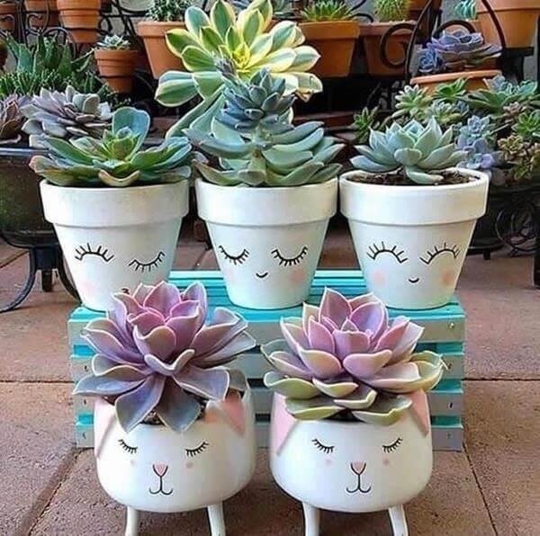 Vasos divertidos com suculentas formam lindos enfeites para jardim de inverno