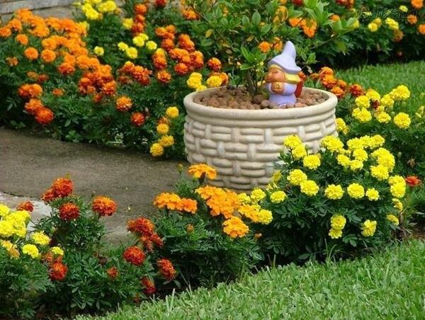 Enfeites para jardim pequeninos encantam os olhos de quem passa pelo local
