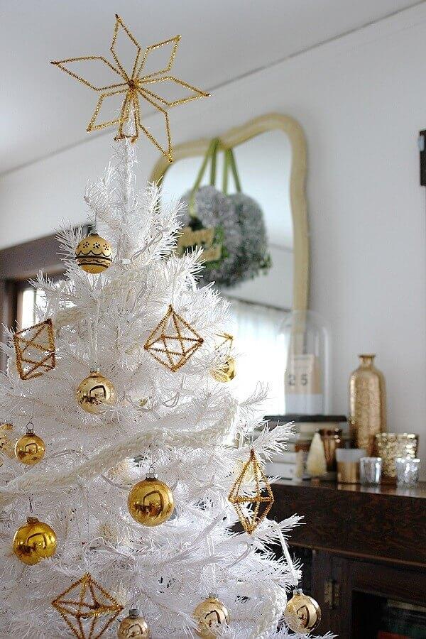 enfeites de árvore de natal branca e dourada Foto Smile And Wave