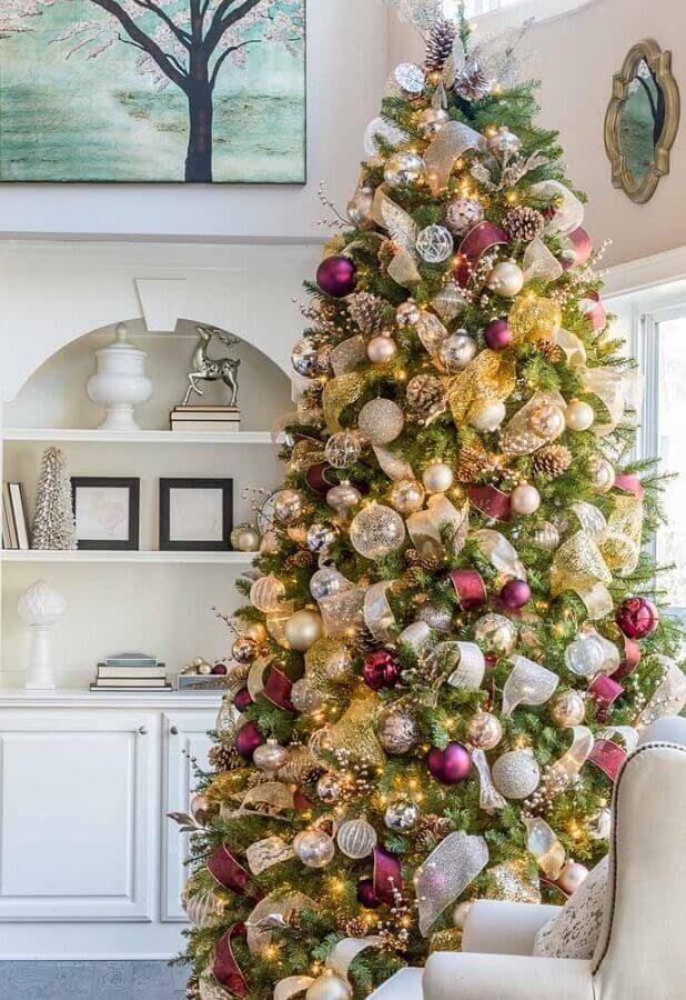 enfeites de árvore de natal grande com fita dourada Foto Archzine