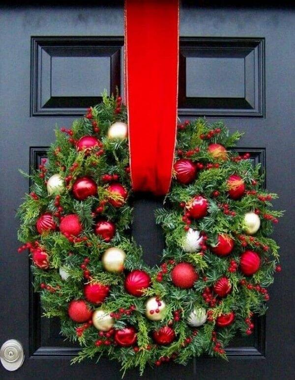 Enfeite de natal para porta feita ramos e bolas natalinas