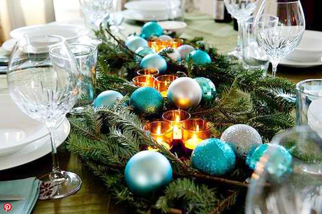 Enfeites de natal para mesa com decoração azul e velas