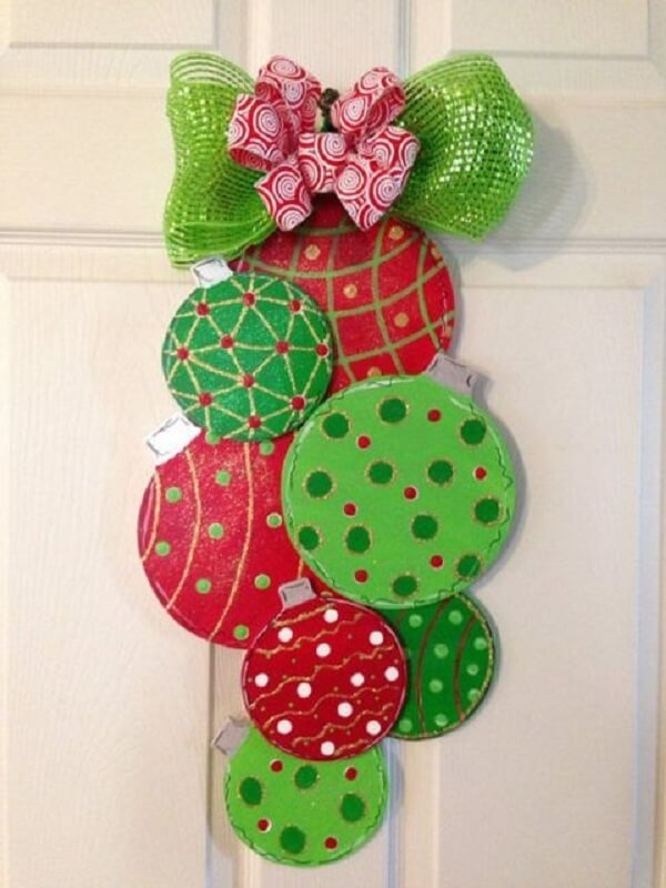 Enfeite de natal para porta feito com madeira pintada