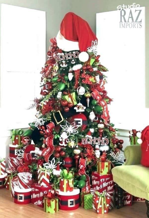 Enfeite de papai noel na árvore de natal