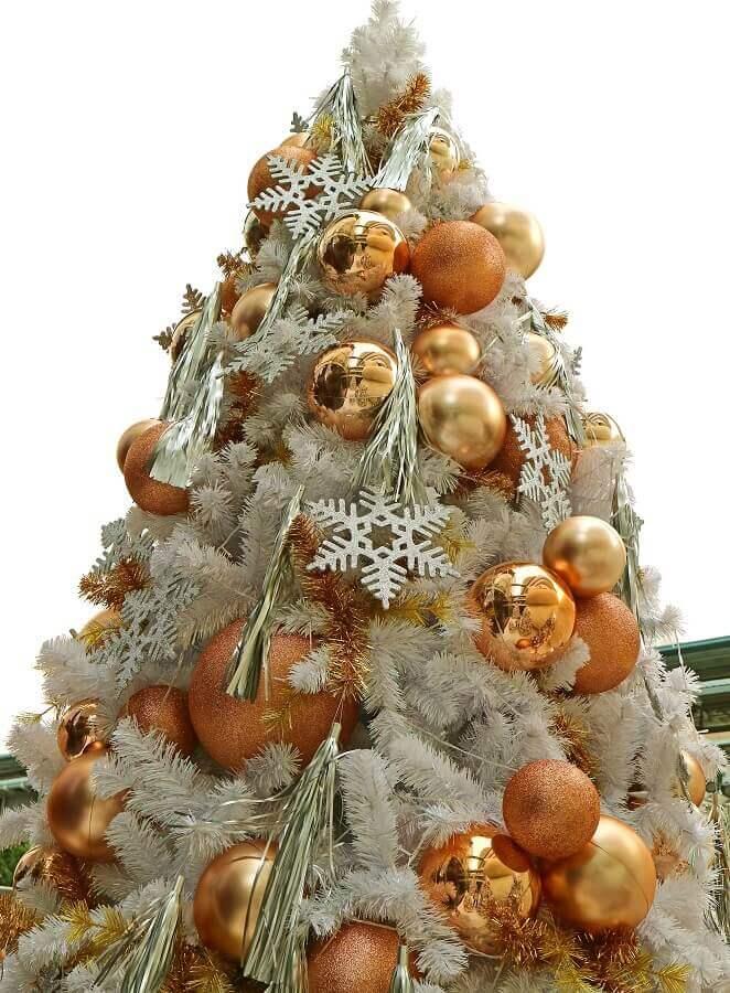enfeites dourados de árvore de natal Foto 123RF