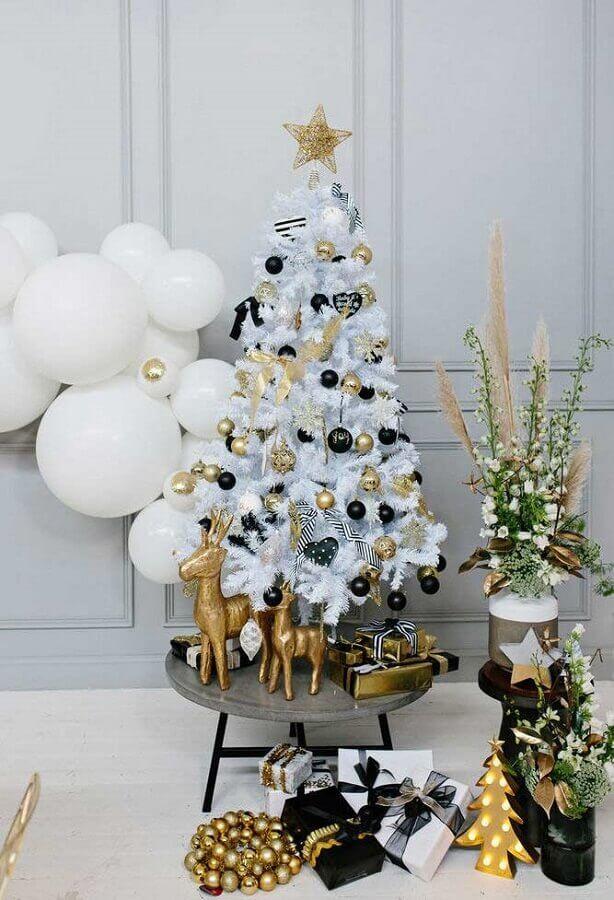 enfeites dourados e pretos para árvore de natal branca pequena Foto Why Santa Claus