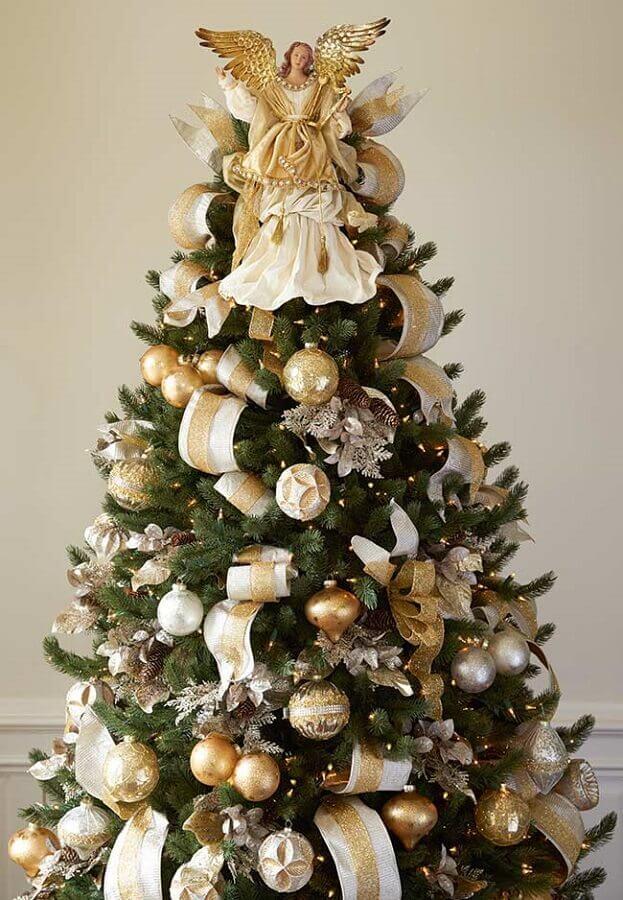 enfeites dourados para árvore de natal com anjo no topo Foto House Decoration