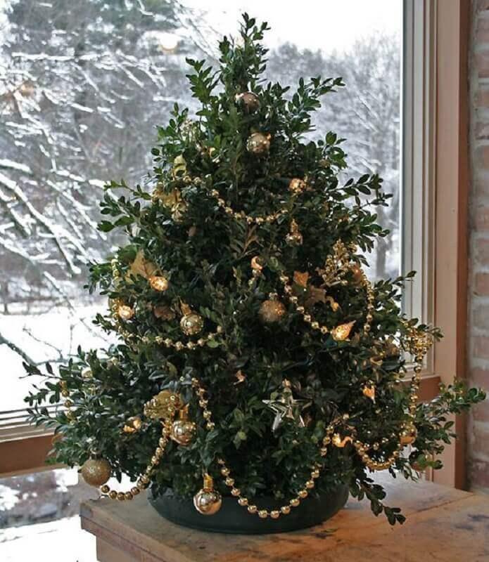 enfeites dourados para decoração de árvore de natal pequena Foto Kelly Bernier Designs