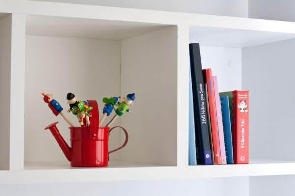 Enfeites para quarto de menino com livros e detalhes