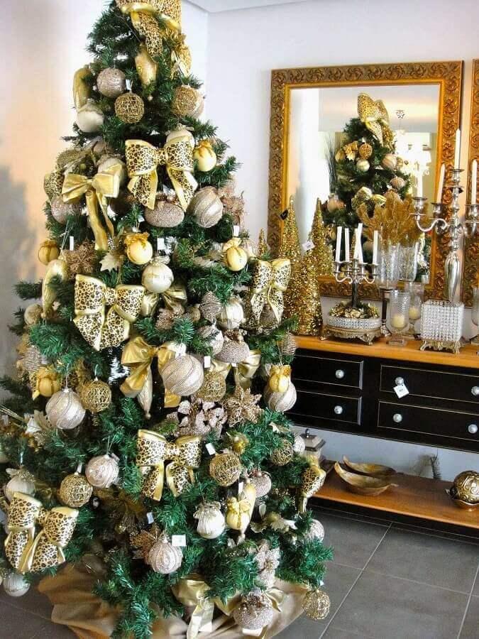 enfeites para árvore de natal com bolas e laços diferentes Foto Dcore Você