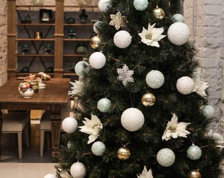 enfeites para árvore de natal com flores e bolas prata Foto DekorMyHome