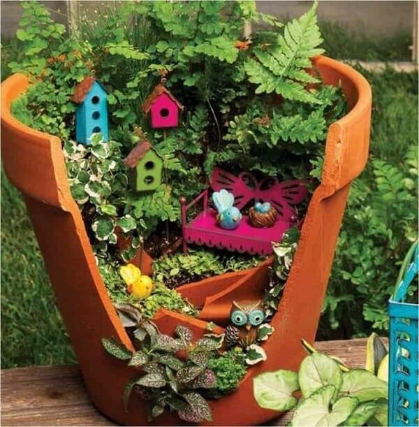 Vasos quebrados podem ser reaproveitados e formam lindos enfeites para jardim