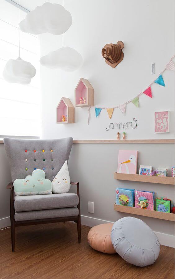 Enfeites para quarto de bebê com detalhes coloridos