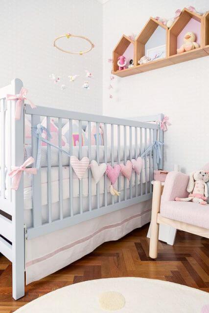 Enfeites para quarto de bebê no berço