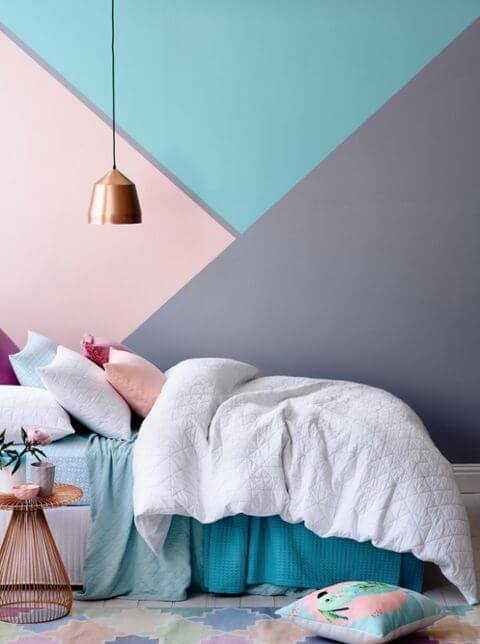 Enfeites para quarto de casal com parede geométrico