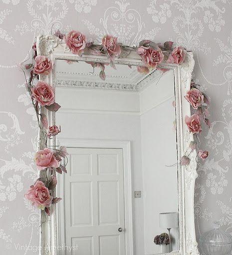 Espelho com enfeites de flores