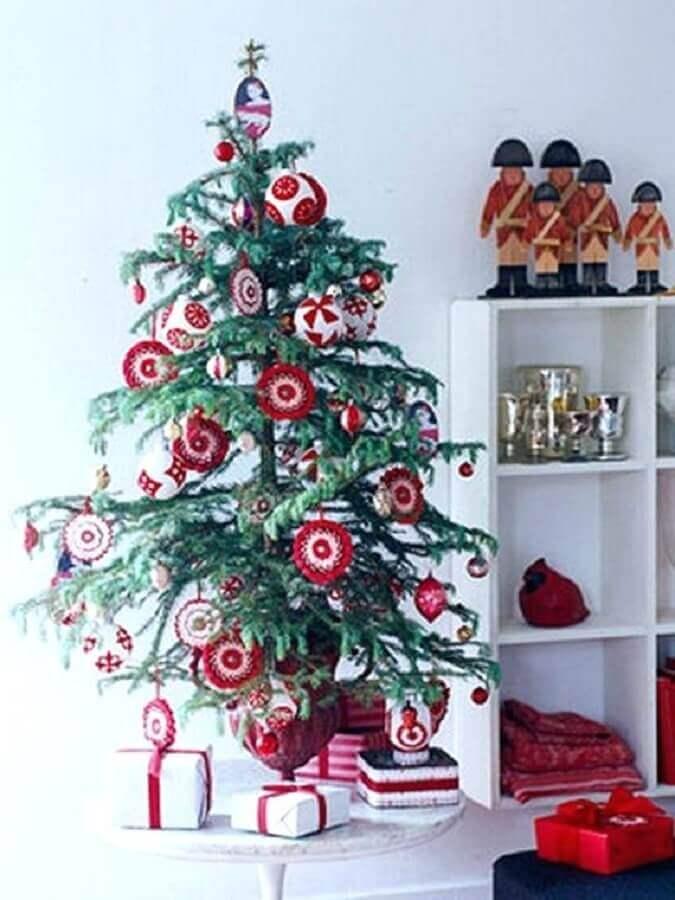 enfeites vermelhos para árvore de natal pequena Foto SureDrive