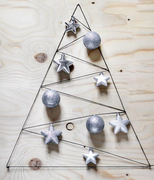 Árvore de Natal na parede feita com aramado e enfeites natalinos