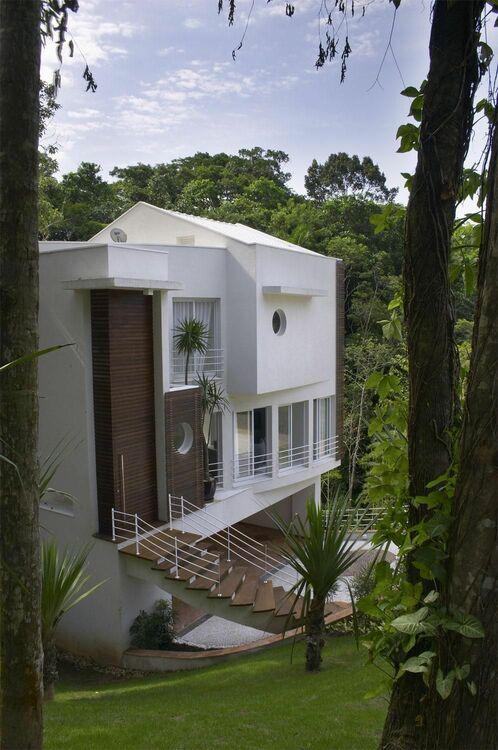 escada externa - casa com escada de madeira