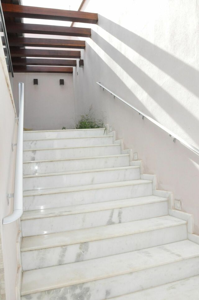 escada externa - escada branca com mármore