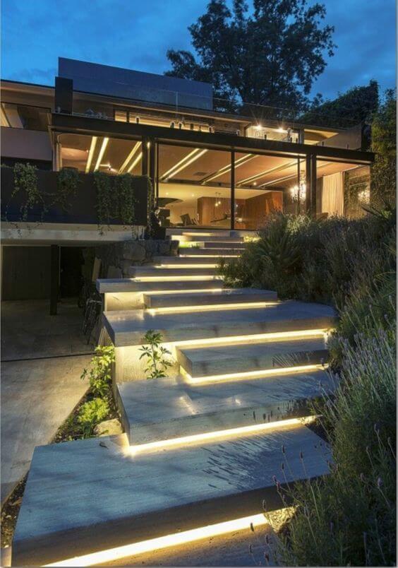 escada externa - escada de mármore iluminada