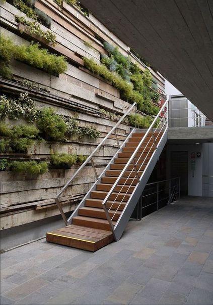 escada externa - escada de madeira com corrimão
