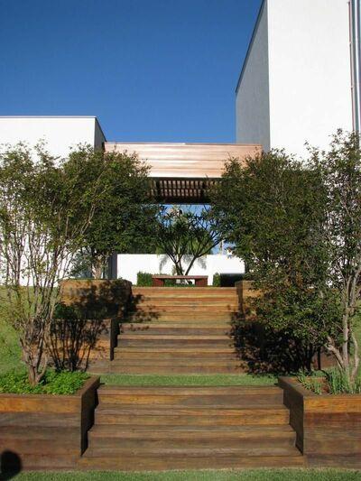 escada externa - escada de madeira no jardim