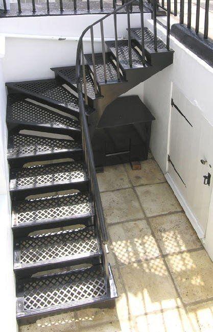 escada externa - escada de metal preto