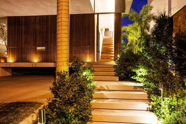 escada externa - escada em casa com plantas