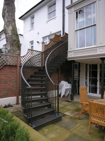 escada externa - escada preta curva