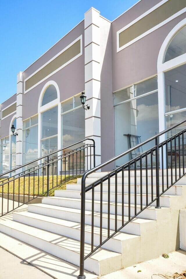 escada externa - espaço comercial com escada e corrimão de ferro