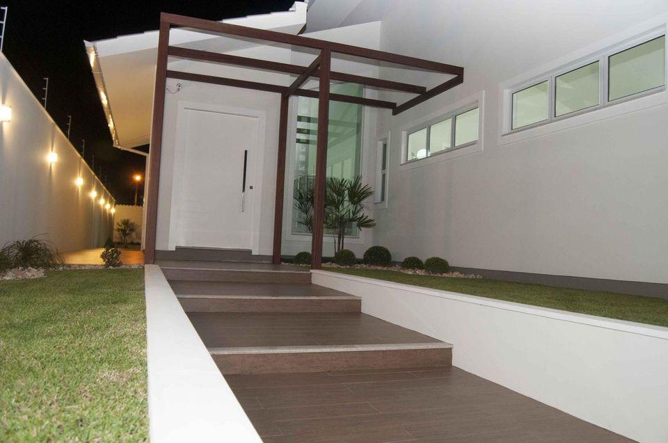 escada externa - fachada com madeira