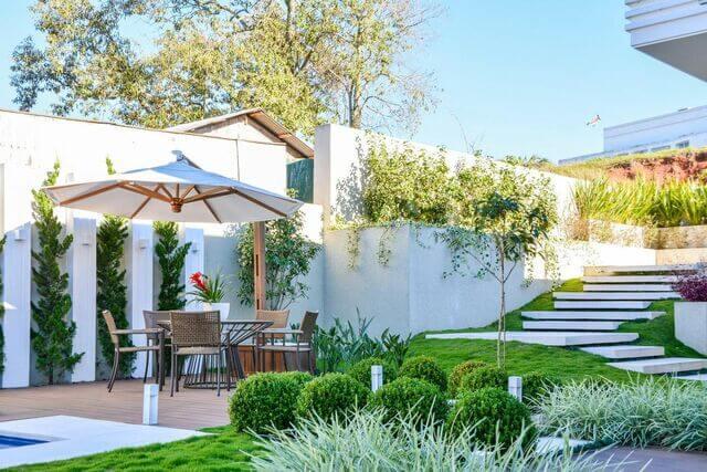 escada externa - piscina com jardim e escada