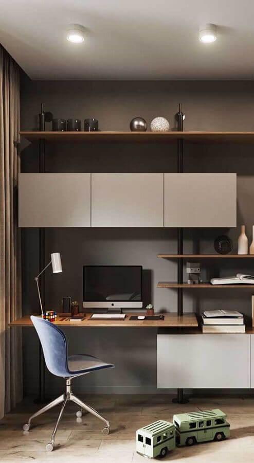 escritório decorado com bancada de madeira armário cinza e cadeira giratória simples Foto Wood Save