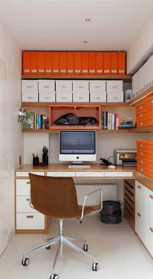 escritório planejado com prateleiras de madeira e cadeira giratória com braço Foto Pinterest