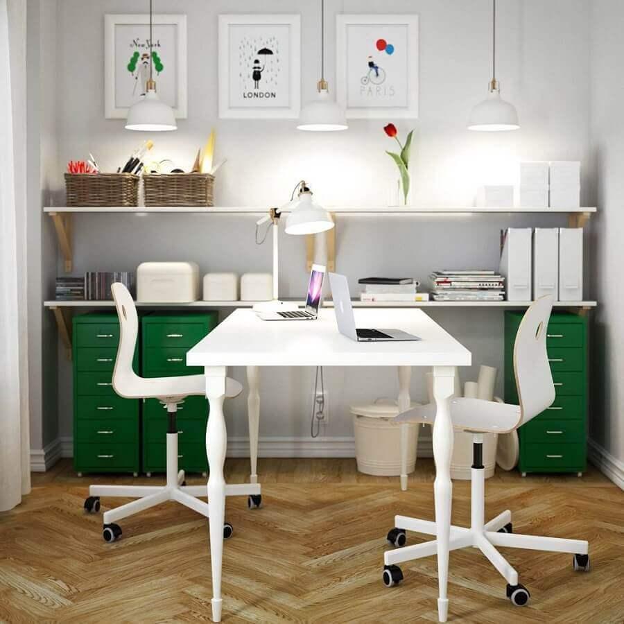 escritório simples decorado com cadeira giratória branca sem braço Foto Furniture Design