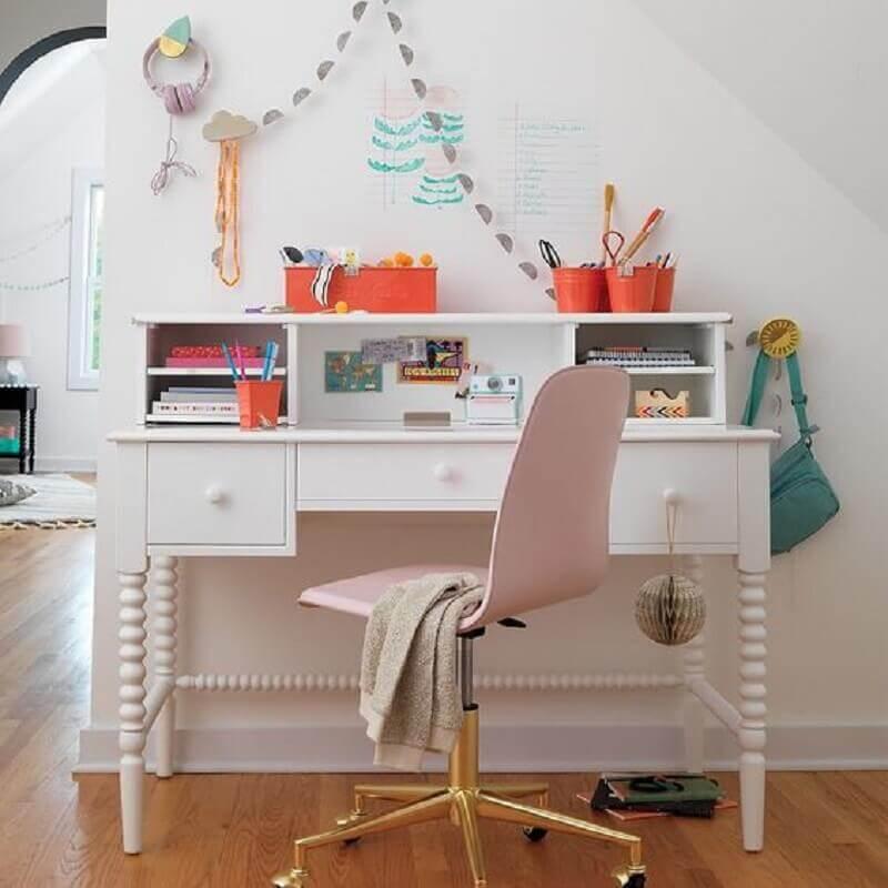 escrivaninha branca decorada com cadeira giratória rosa claro com pé dourado Foto Crate and Kids