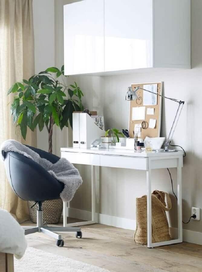escrivaninha branca simples decorada com cadeira decorativa giratória Foto Home Design Ideas