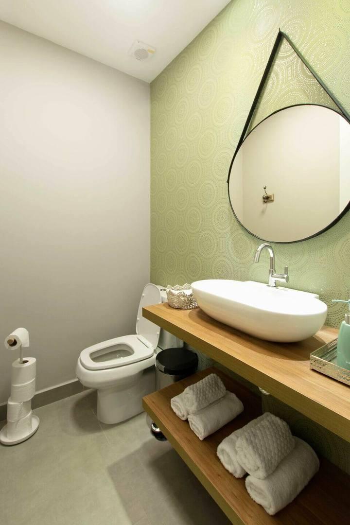 espelho adnet - lavabo com papel de parede e espelho redondo