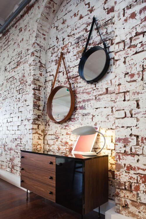 espelho adnet - quarto com parede de tijolos