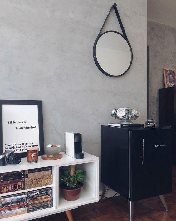 espelho adnet - sala com frigobar preto e rack branco