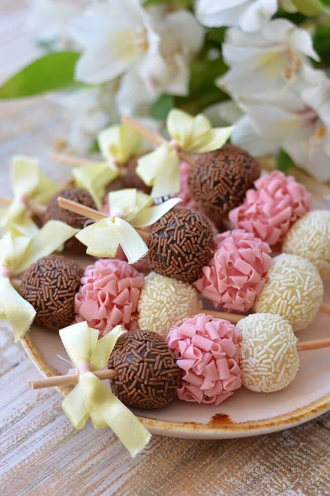 Espetinho de doces para decoração de festa simples