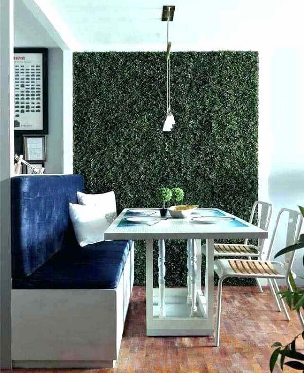 Varanda compacta com parede revestida com jardim vertical artificial