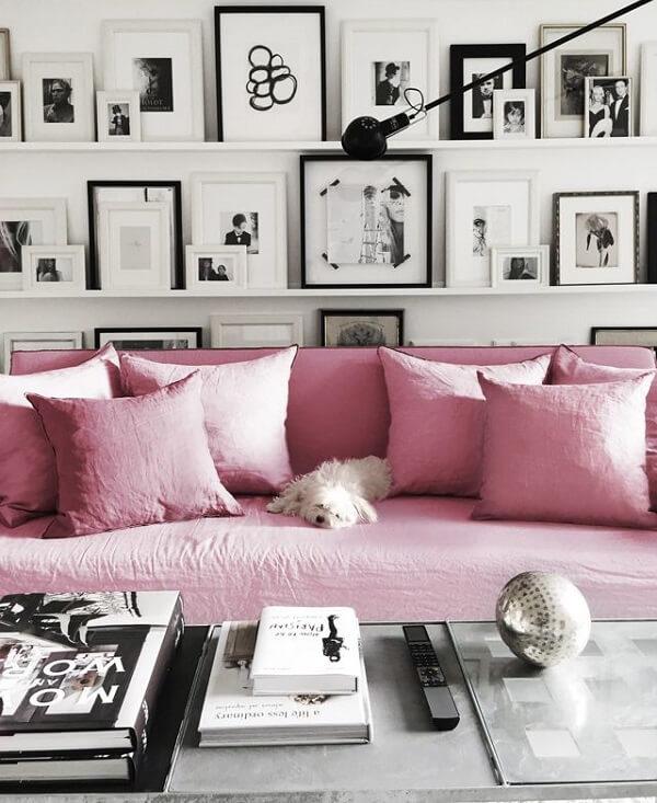 As almofadas desta sala de estar se harmonizam com o sofá rosa