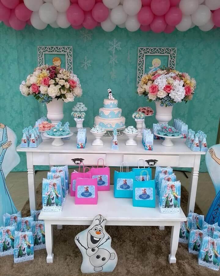 festa da frozen simples decorada com arranjo de rosas e balões brancos e rosa Foto Letícia Schimith Cosendey