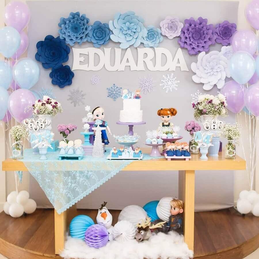 festa da frozen simples decorada com flores de papel e mesa de madeira Foto Arquiteta Party Decor