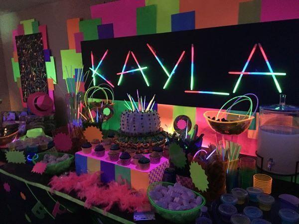 Festa de 18 anos neon com brilhos